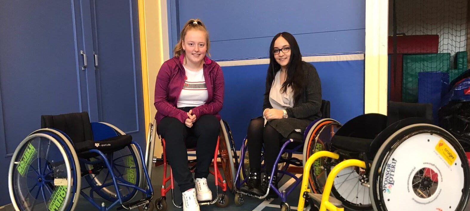 Chaima laat docenten lesgeven in een rolstoel
