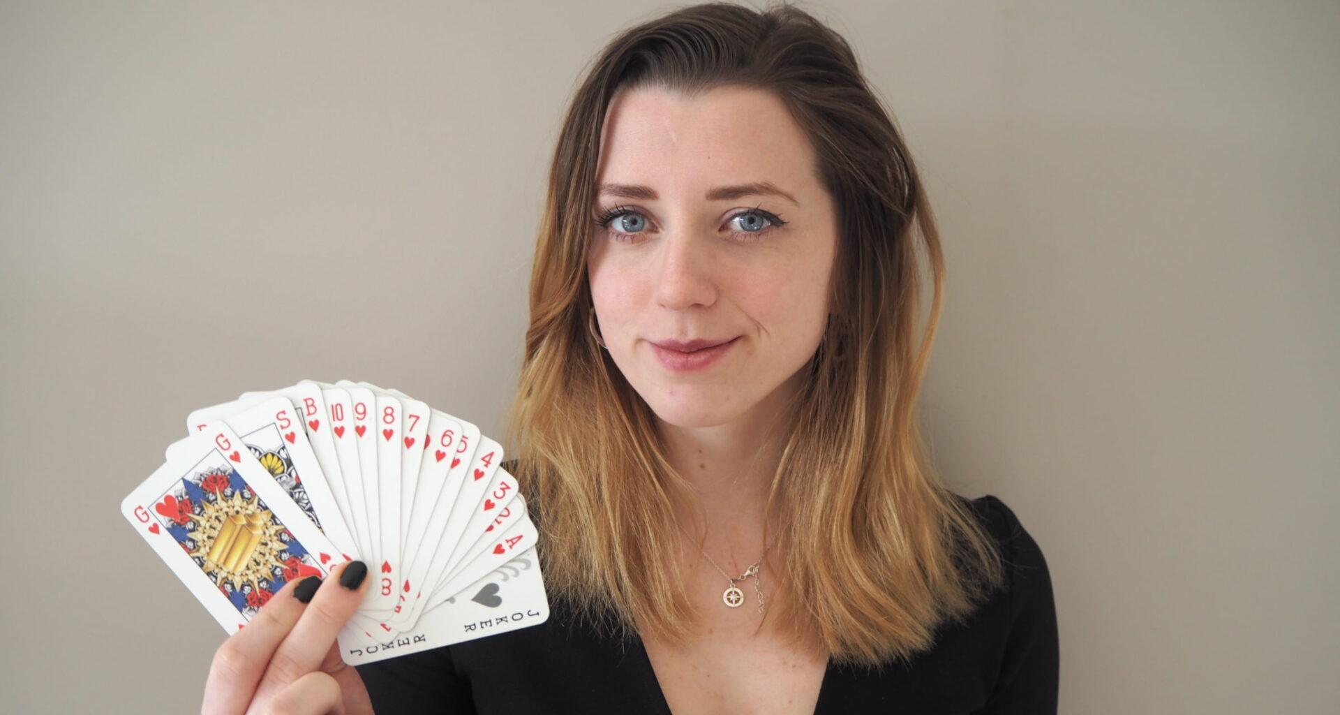 Indy (23) maakt genderloos kaartspel dat wereldwijd verkocht wordt