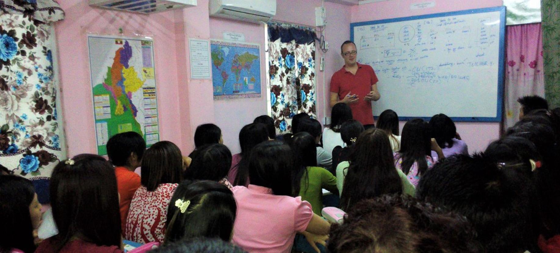 Docent Maarten activeert leerlingen met aangrijpend verhaal van Myanmarese vriend