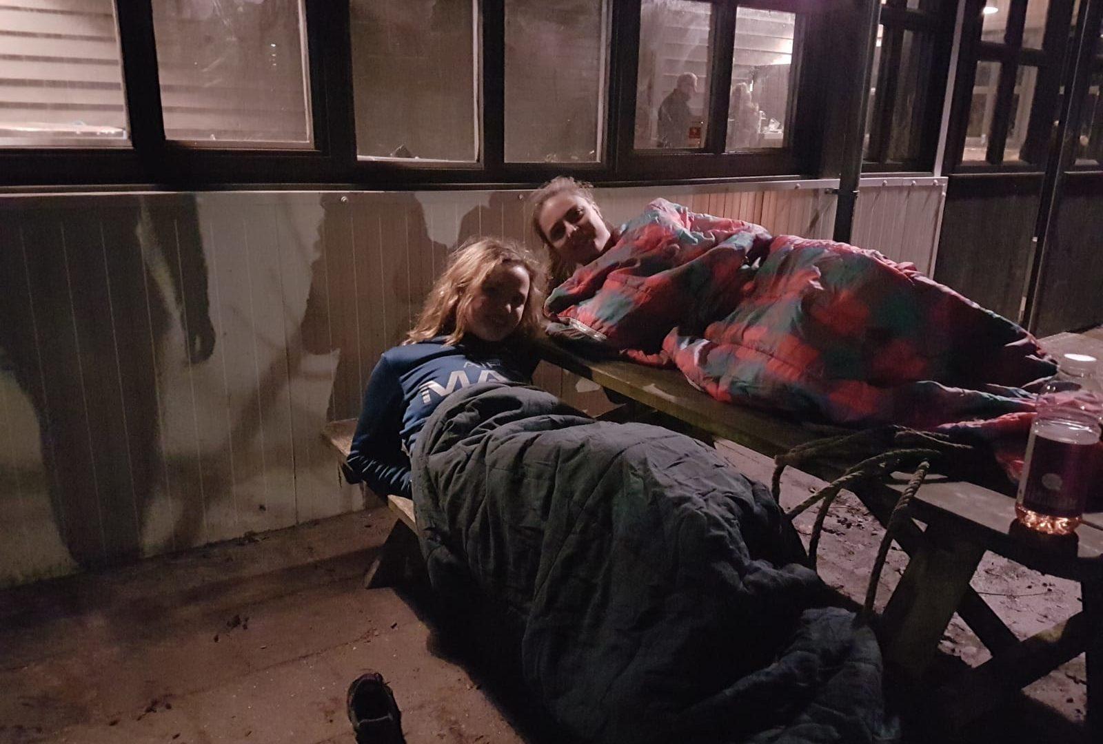 Studenten slapen een nacht buiten om geld in te zamelen voor daklozen