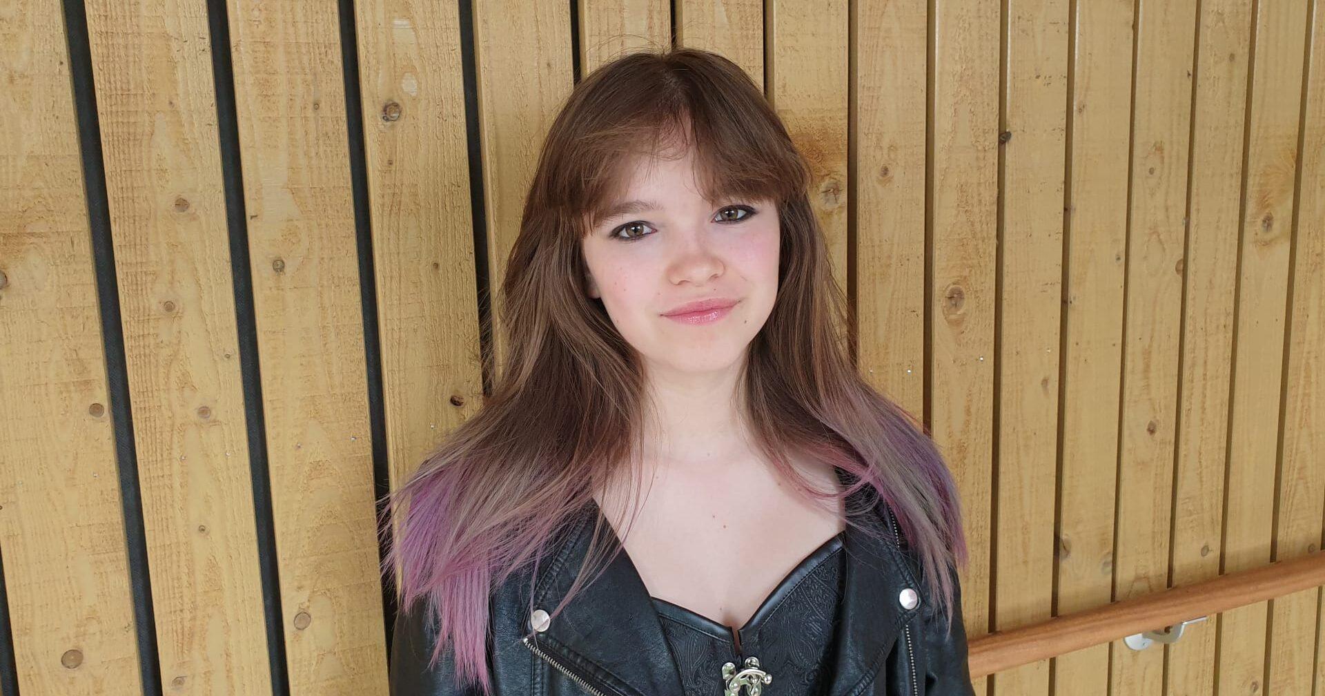 Mila (15) helpt deze zomer een handje in de kringloopwinkel