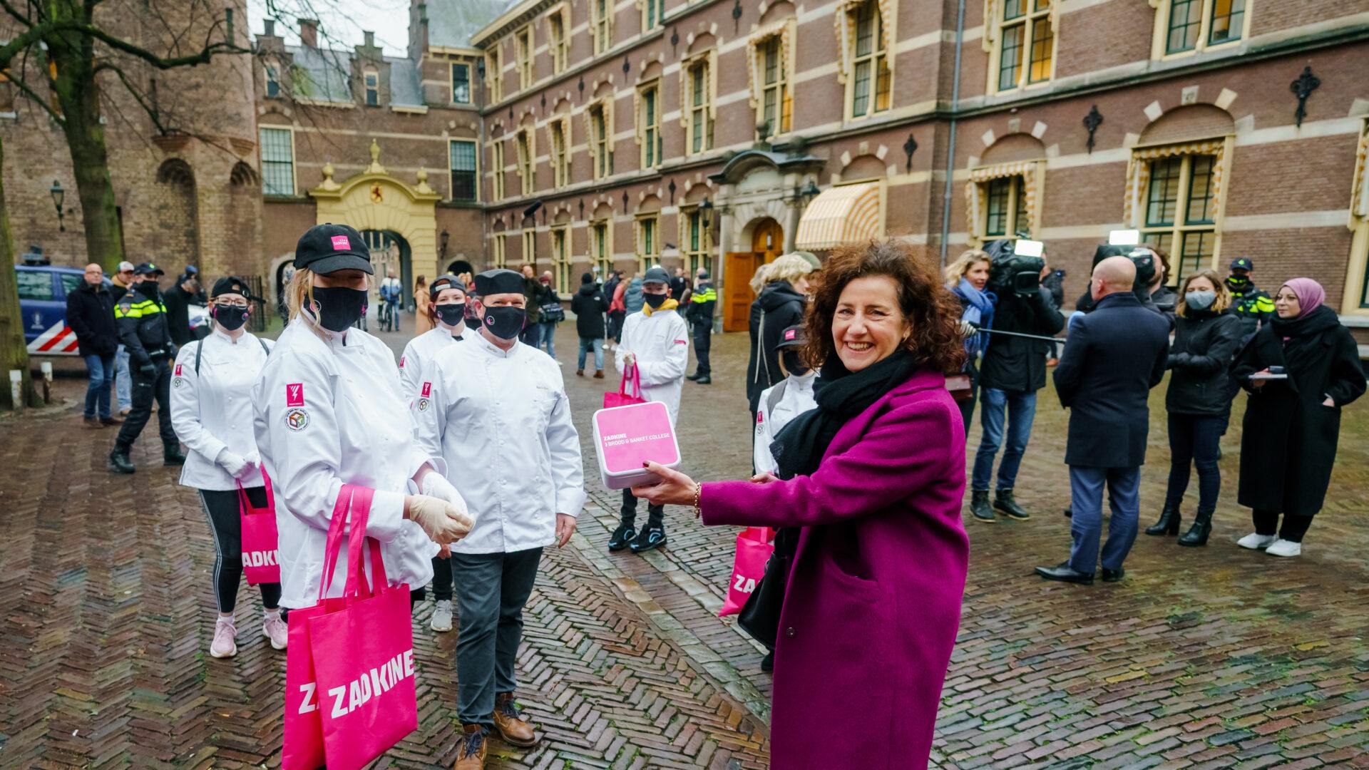 Studenten bedanken Minister van Engelshoven met zelfgebakken koekjes